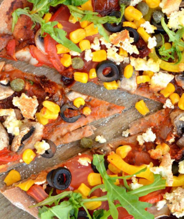 Wegańska pizza obfitości na orkiszowym spodzie - Pizza i calzone