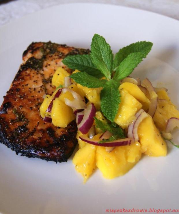 Pieczony łosoś z pikantną salsą z mango - Łosoś