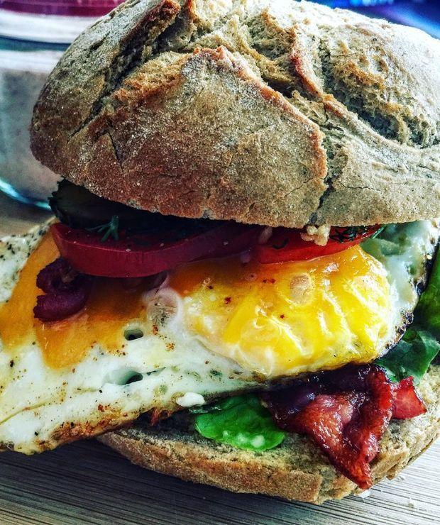 Burger śniadaniowy z jajkiem sadzonym i chrupiącym bekonem - Inne