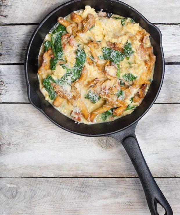 Jajecznica z kurkami, boczkiem i szpinakiem - Jajka i omlety