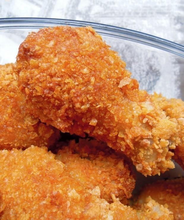 Pieczone, chrupiące, pikantne skrzydełka z kurczaka. Domowy fast food. - Na gorąco