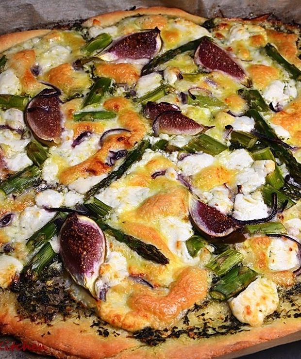 Pizza z dwoma serami, figami i szparagami - Na gorąco
