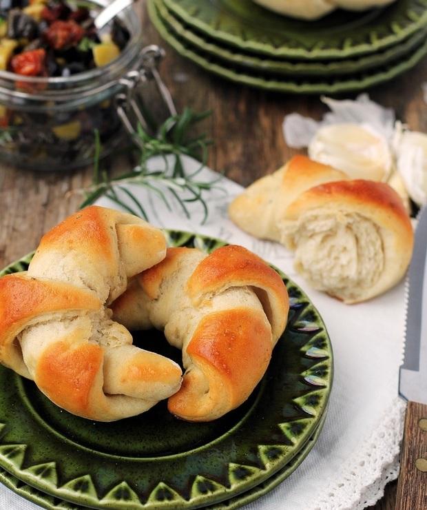 Rogaliki ziemniaczane z czosnkiem i rozmarynem… - Bułki