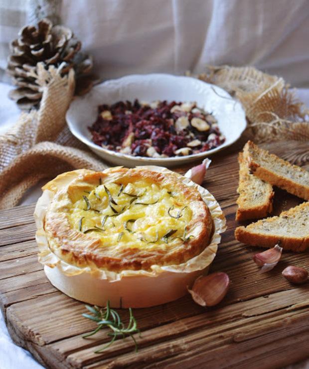 Zapiekany camembert z rozmarynem i grzankami z posypką - Na gorąco