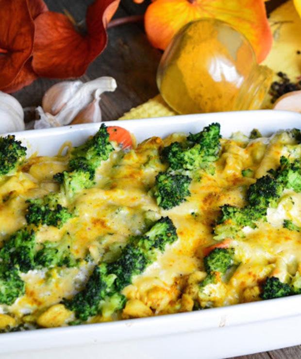 Ryżowa zapiekanka z kurczakiem w curry, brokułem i sosem czosnkowym - Drób