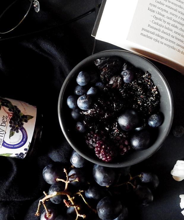 Czarna miseczka z czarną quinoą i dżemem z czarnego bzu - Bezglutenowe