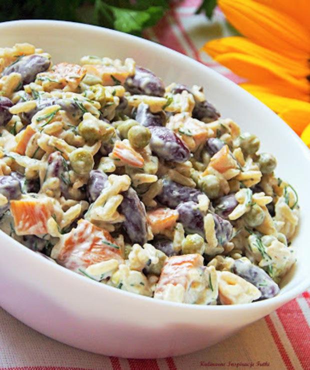 Sałatka ryżowa z fasolą, groszkiem i kurczakiem - Mięsne