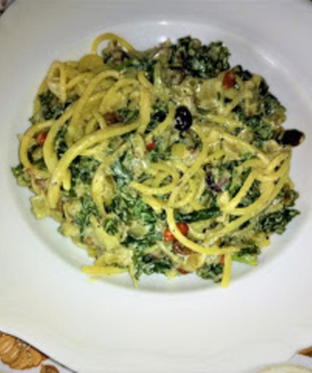 Makaron z zielonym słodko - ziołowym sosem szpinakowo – jarmużowym. - Dania z makaronu