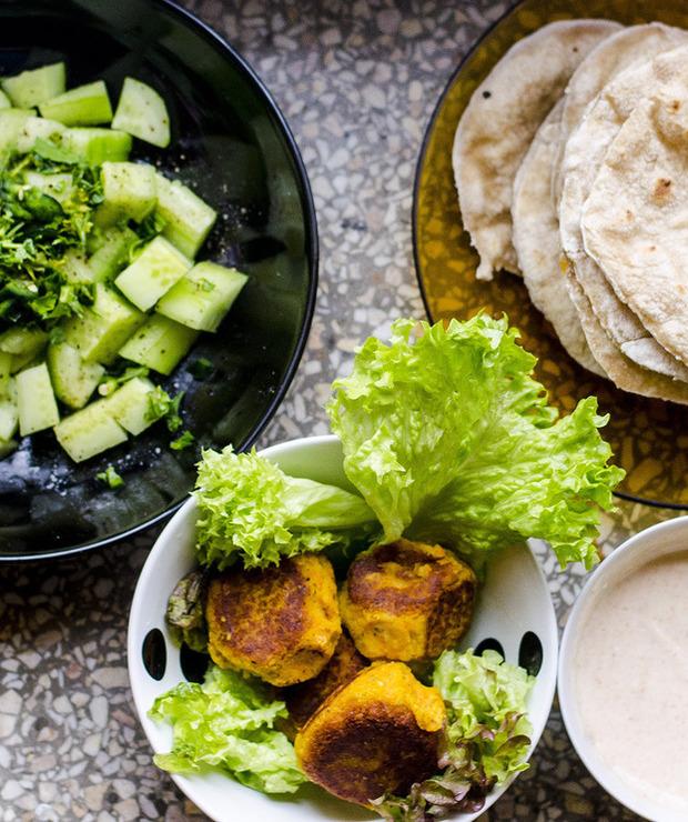 Falafel z ciecierzycy i marchewki z sosem jogurtowym i sałatką z ogórka - Warzywa