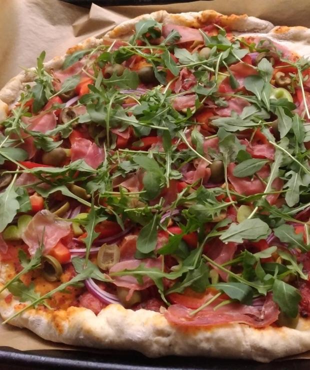Domowa pizza z rukolą i szynką parmeńską - Na gorąco