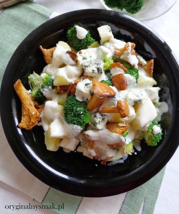 Sałatka z ziemniakami, brokułem, kurkami i serem lazur - Jarskie