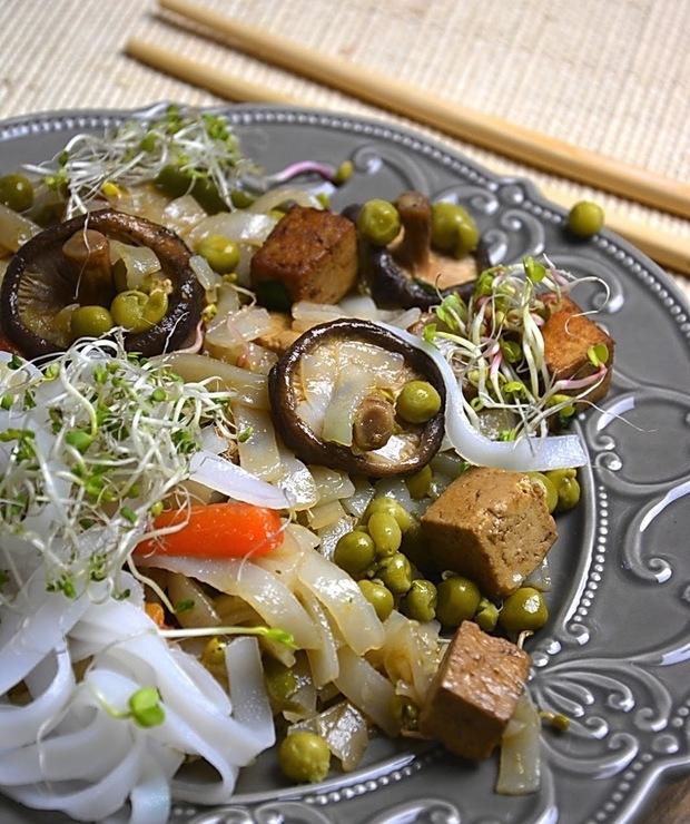 Chińskie wegetariańskie danie - Dania z makaronu