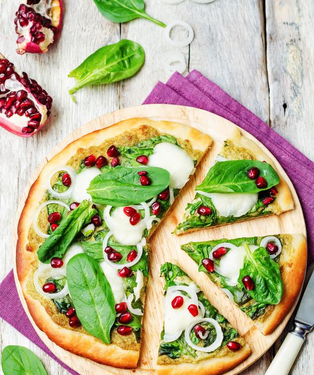 PIZZA Z PESTO, SZPINAKIEM I GRANATEM - Pizza i calzone