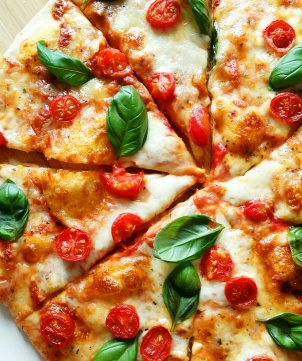 pizza margheritta z pomidorami - Pizza i calzone