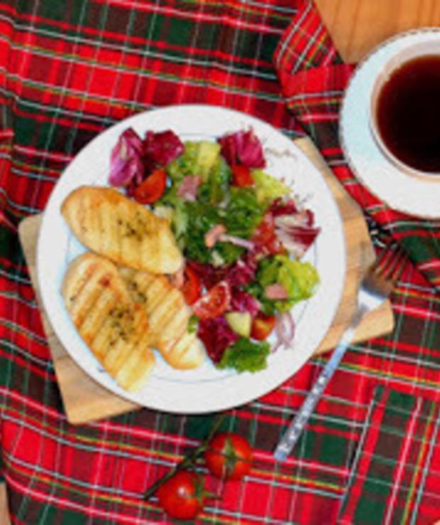 Sałatka z boczkiem i grzanką czosnkową - Mięsne