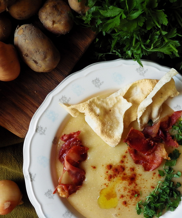 Zupa krem z młodych ziemniaków i quinoy z wędzoną papryką, papadamem i chipsami z szynki - Bezglutenowe