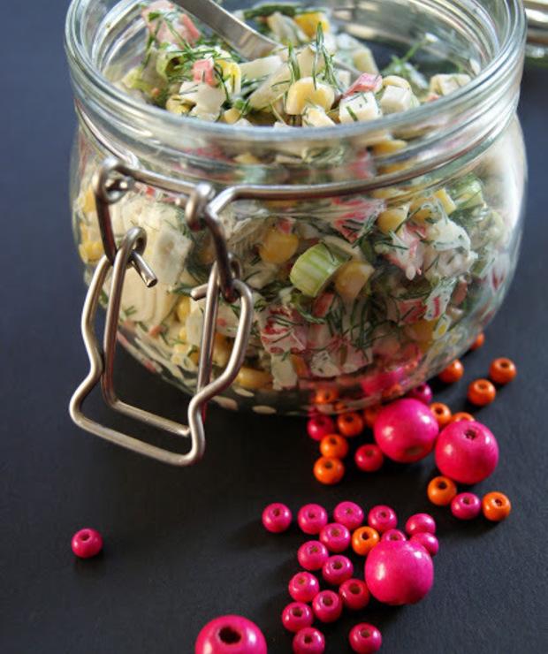 Sałatka z paluszków surimi i ogórków kiszonych - Jarskie
