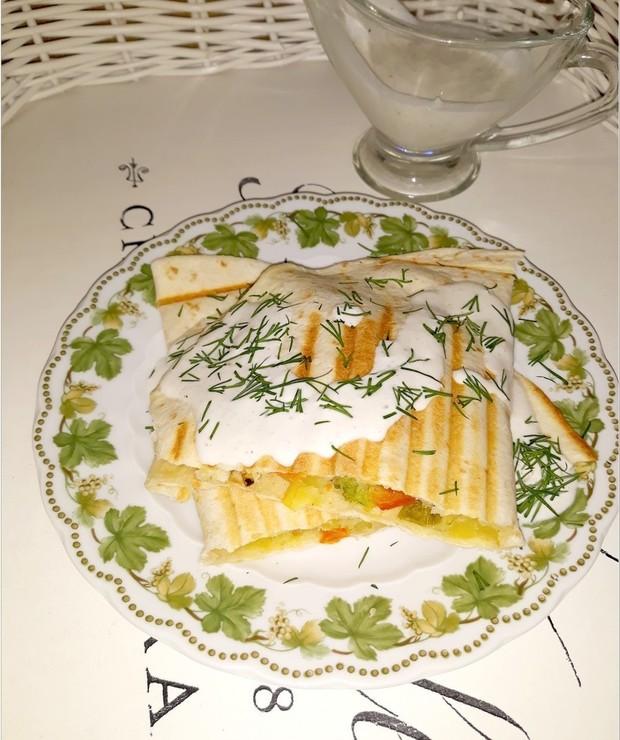 Grillowana tortilla z warzywami i domowym sosem czosnkowym - Inne