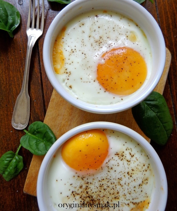 Jajka zapiekane ze szpinakiem, mozzarellą i pomidorem - Jajka i omlety