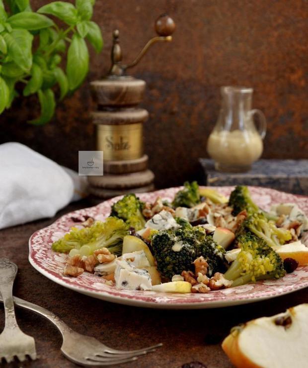 Sałatka brokułowa z serem, jabłkiem i orzechami - Jarskie
