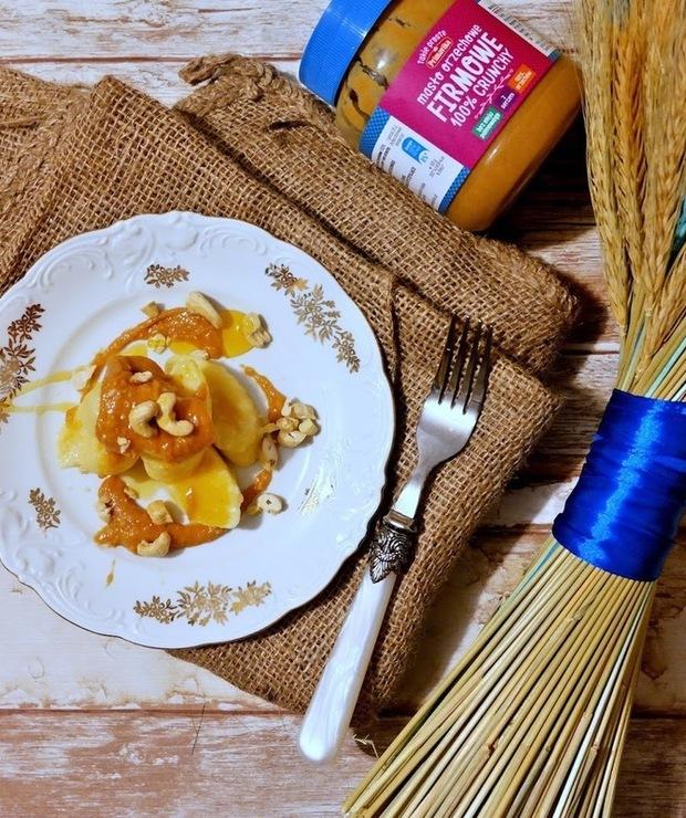 Leniwe pierogi z sosem orzechowym - Na gorąco