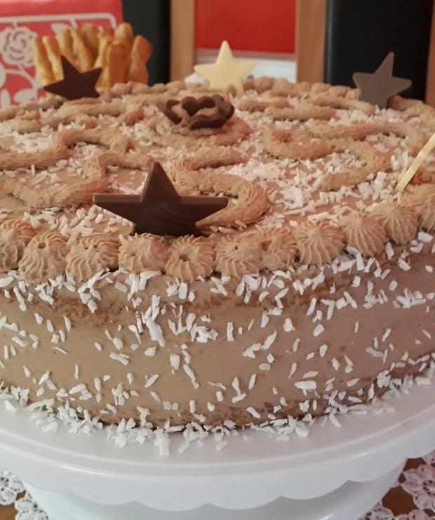 Tort hawajski z czekoladową bitą śmietaną,dżemem wiśniowym i wiórkami kokosowymi - Torty