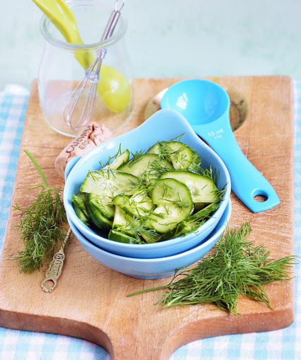 Sałatka z ogórka zielonego z koperkiem - Surówki