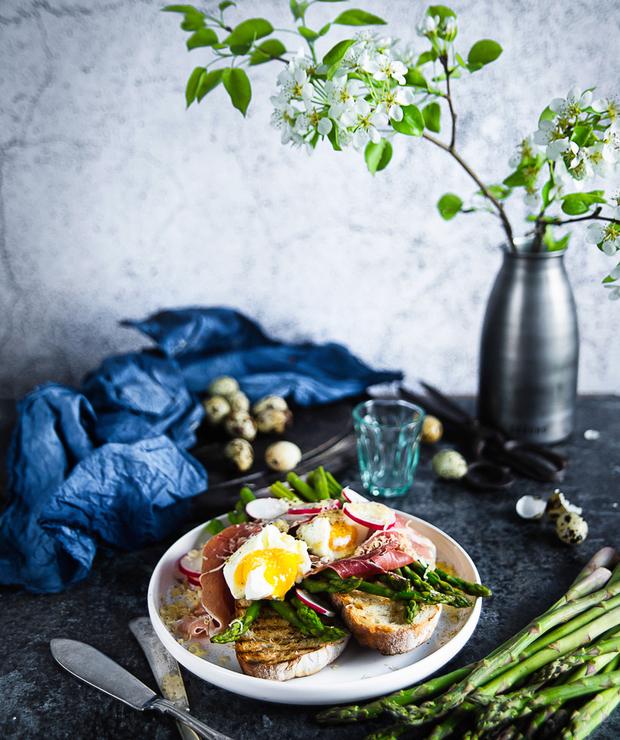 Grzanki ze szparagami, jajkiem w koszulce i szynką parmeńską  - Kanapki i tosty