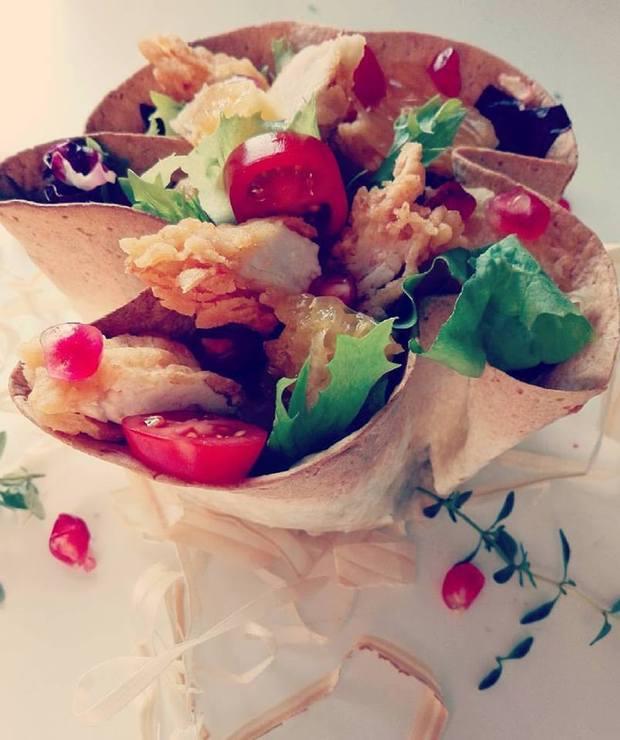 Sałatka z panierowanego kurczaka w miseczce z tortilli - Mięsne