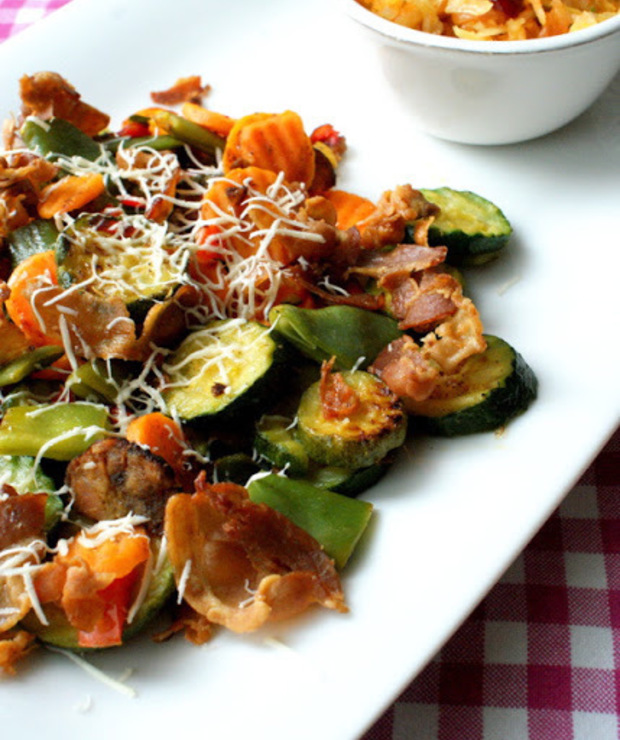 Warzywa na patelnię z chipsami boczkowymi i oscypkiem w towarzystwie surówki z kiszonej kapusty z żurawiną - Warzywa