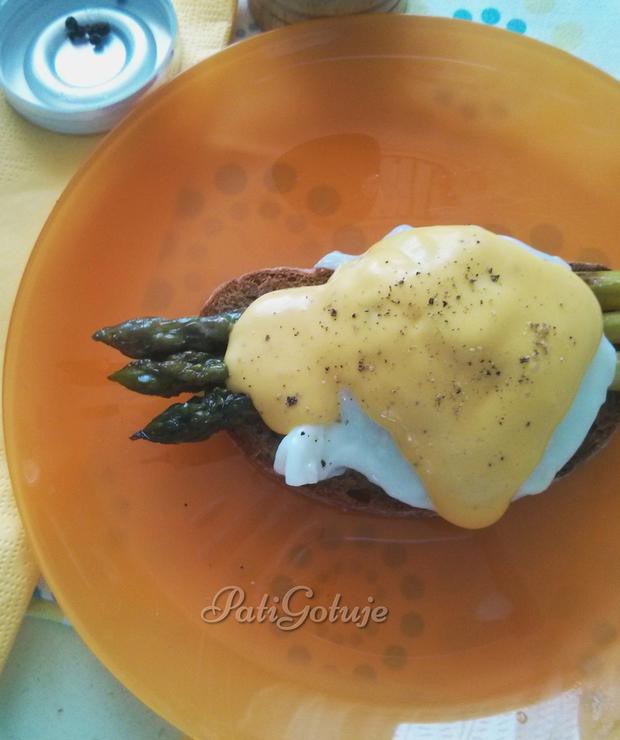 Szparagi z jajkiem w koszulce w sosie holenderskim - Na gorąco