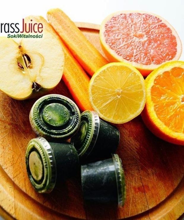 pomarańcza + grapefruit + sok z trawy pszenicznej + cytryna + marchewka + jabłko - Zimne