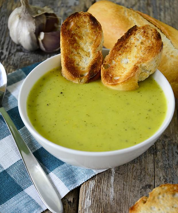 Zupa krem z cukinii z czosnkowymi grzankami - Kremy