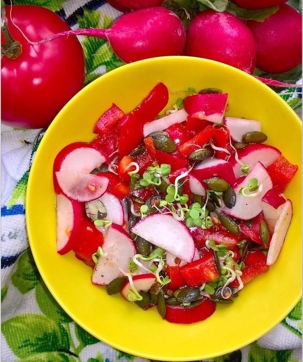 Zdrowa czerwono-zielona sałatka z pestkami dyni - Jarskie