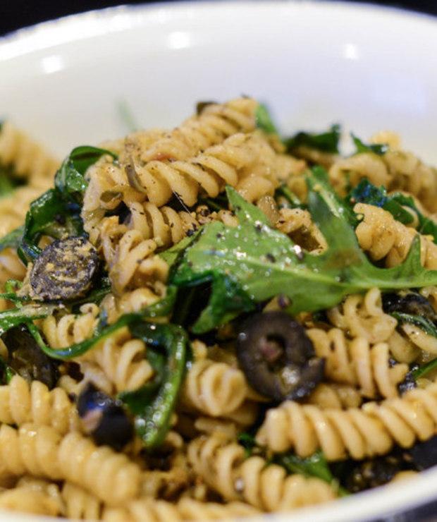 Makaron z anchois, kaparami, oliwkami i rukolą - Dania z makaronu