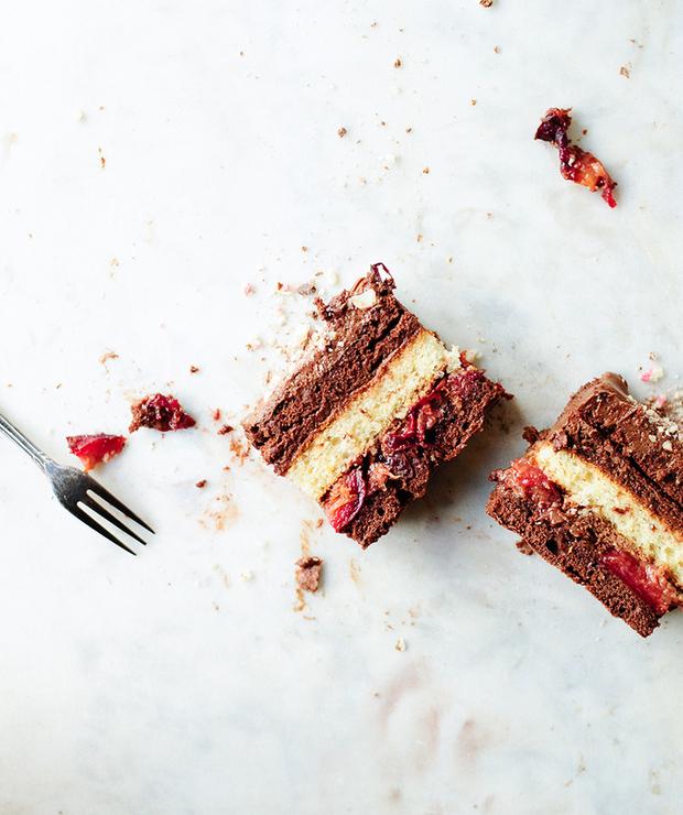 Ciasto czekoladowe z musem i pieczonymi śliwkami - Torty