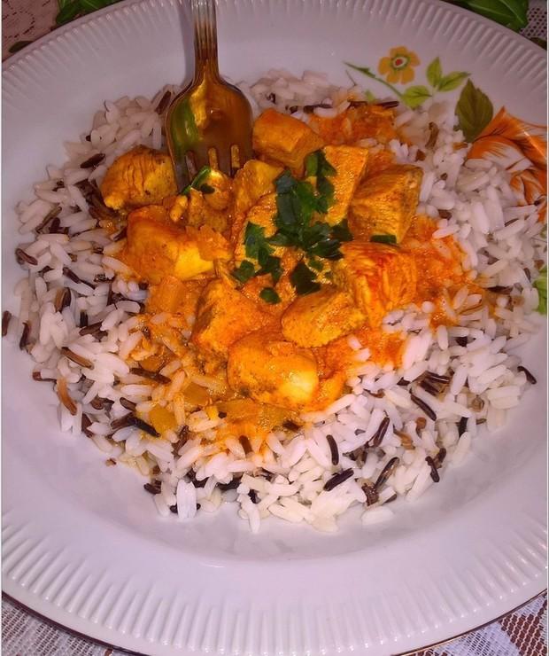 Aromatyczny kurczak w carry z ryżem. Zdrowy i pożywny obiad. - Drób