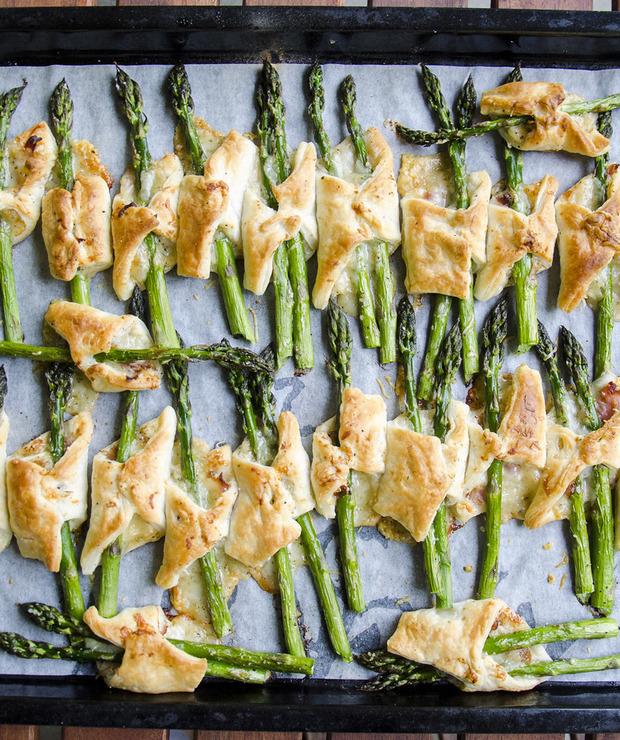 Szparagi w cieście francuskim z szynką i serem - Na gorąco