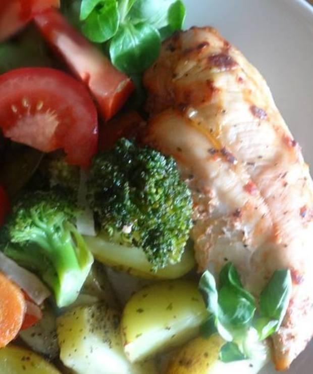 Pierś kurczaka w pomidorowej i bazyliowej nucie w towarzystwie warzyw - Drób