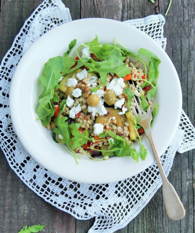 Sałatka z pęczaku z grillowanymi warzywami, serem feta i rukolą - Dania z ryżu i kaszy