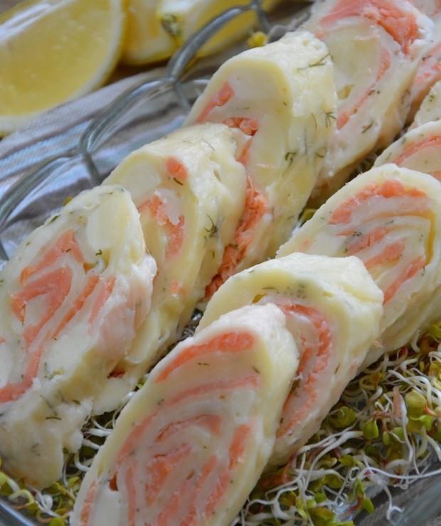 Rolada serowa z wędzonym łososiem i mozzarellą - Na zimno