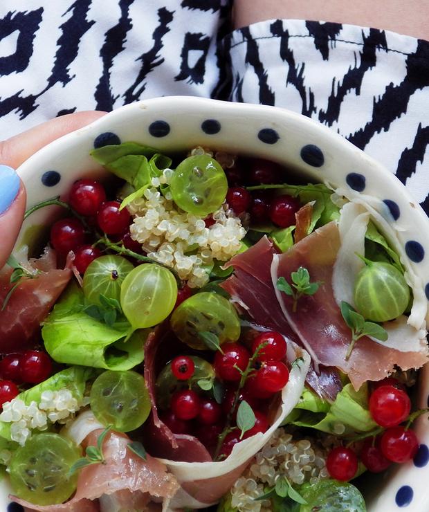 Sałatka z szynką dojrzewającą, quinoą, agrestem i porzeczkami - Bezglutenowe