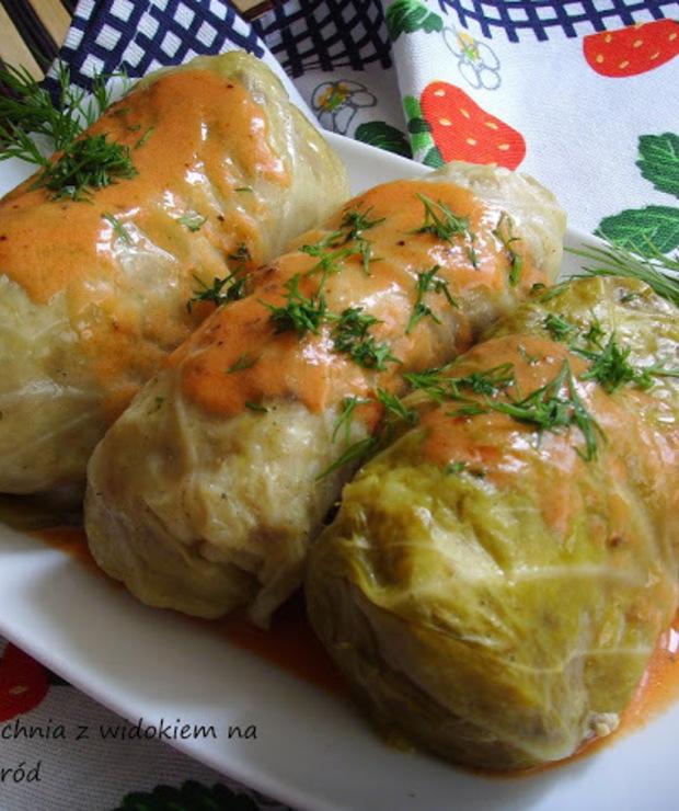 Gołąbki z młodej kapusty, tradycyjne z mięsem i ryżem. Gołąbki z piekarnika. - Drób