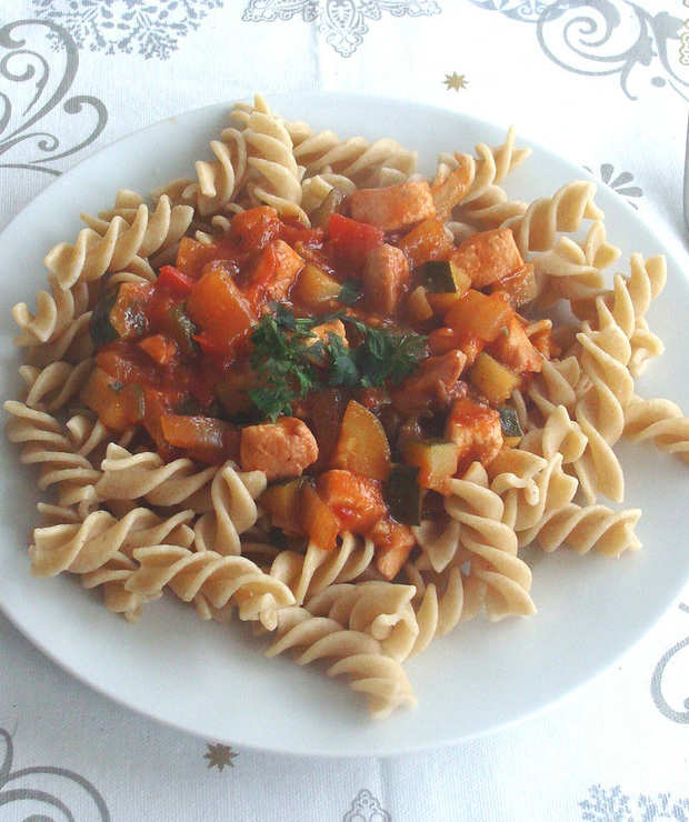 Gulasz z kurczakiem i warzywami na makaronie pełnoziarnistym - Drób