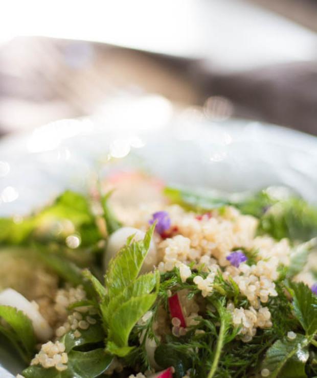Sałatka z komosy ryżowej i polnych roślin - Jarskie