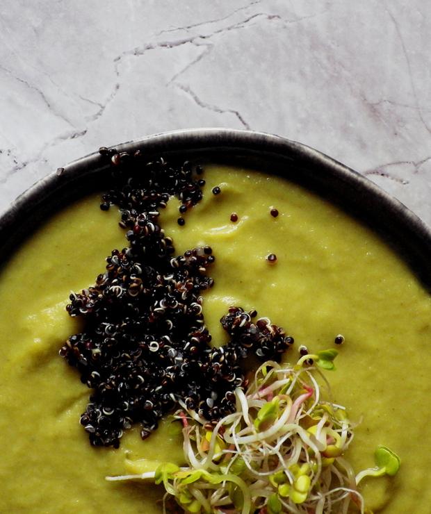 Zupa krem z kalafiora romanesco i parmezanu z czarną quinoą i kiełkami rzodkiewki - Bezglutenowe