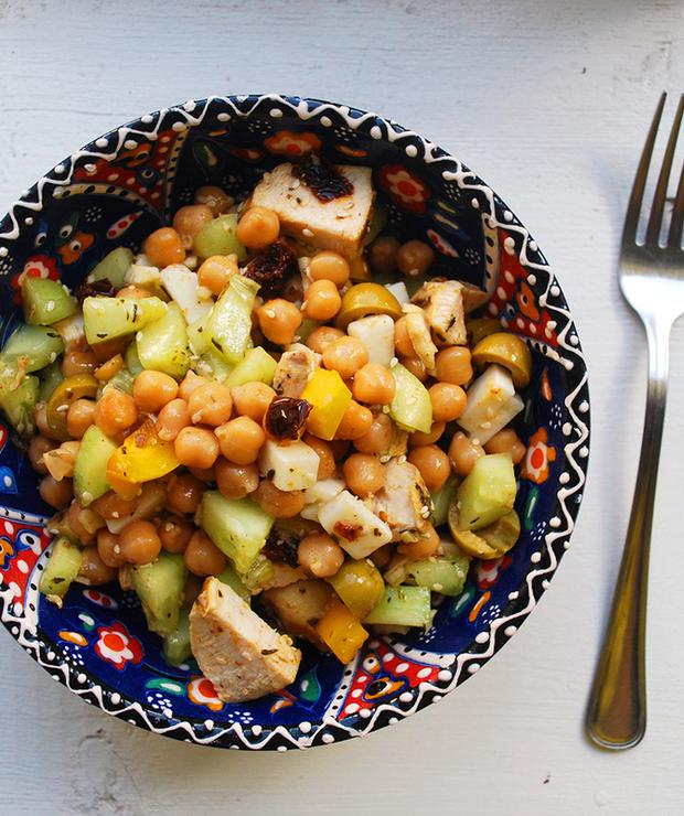 Sałatka z cieciorki, sera koziego, kurczaka, ogórka i papryki - Mięsne