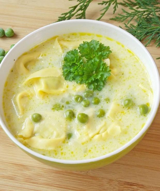 Kremowa zupa z tortellini, groszkiem, orzechami i parmezanem - Z warzywami