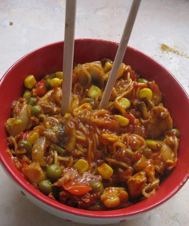 Chiński makaron z kurczakiem i warzywami - Drób