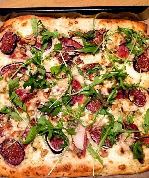 Prawdziwa włoska pizza z szynką włoską, figami, gorgonzolą i rukolą - Pizza i calzone